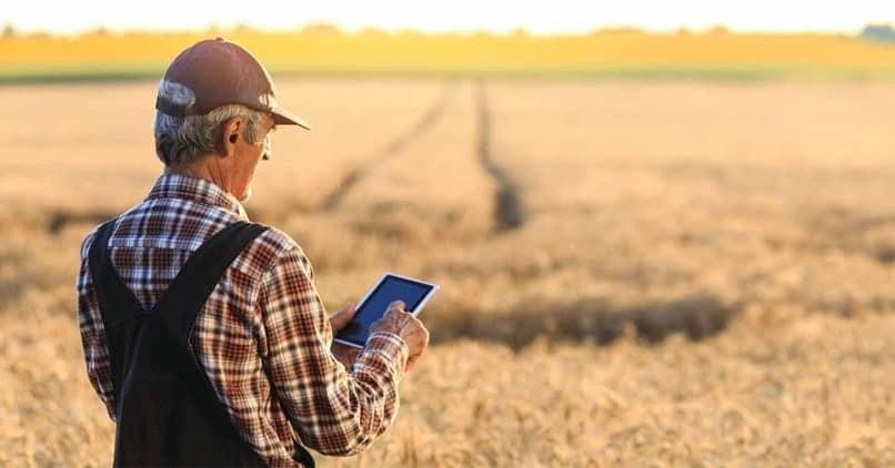 field man phone